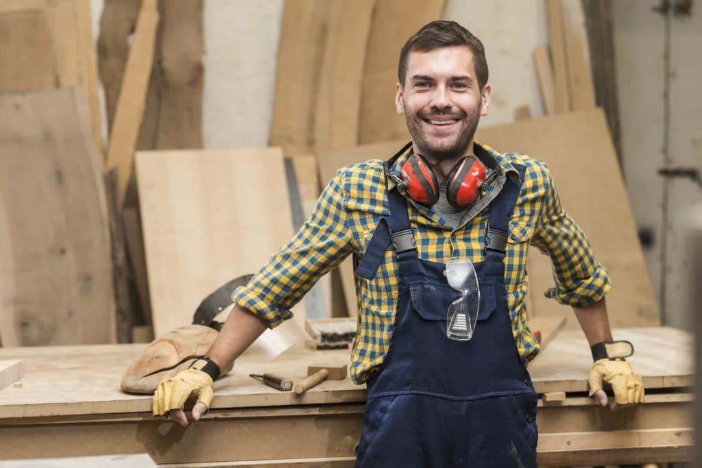 charpentier dans atelier