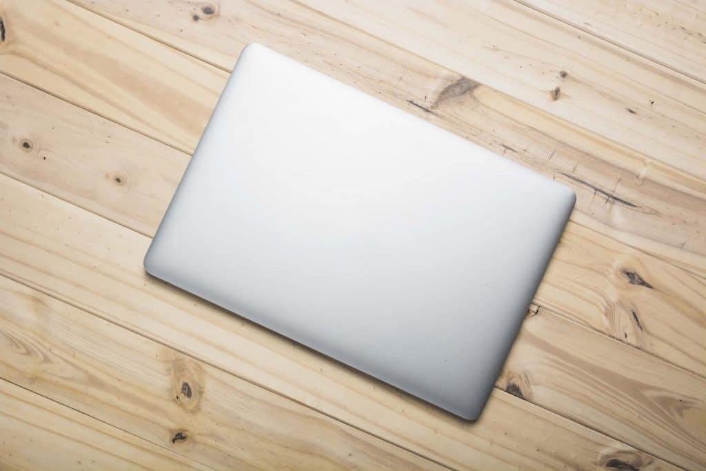 Ordianteur portable sur bureau en bois
