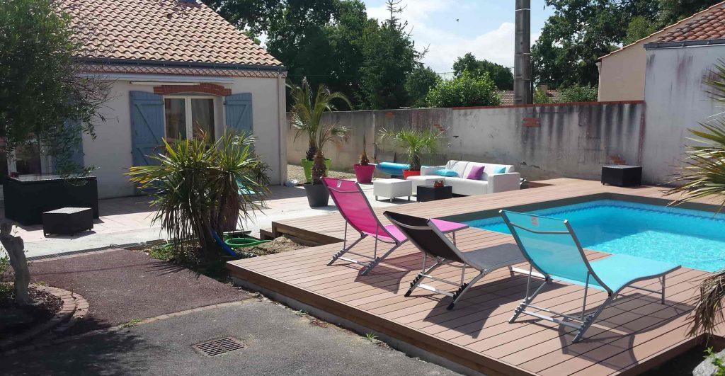 terrasse et plage de piscine en bois